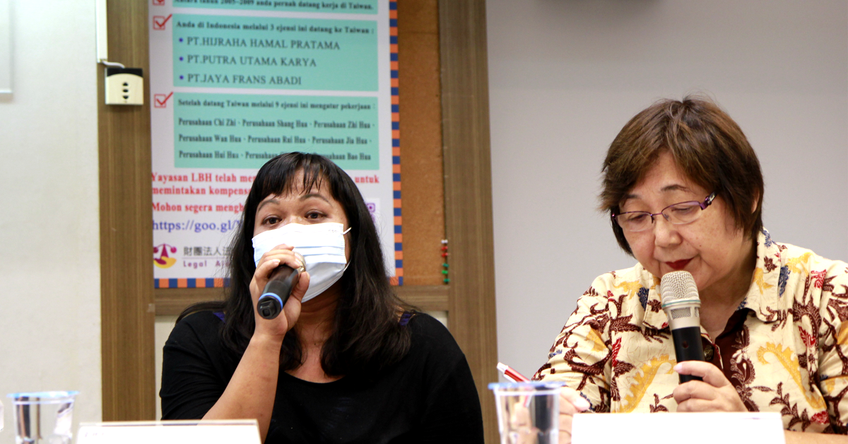 ↑2017年7月31日法扶會舉辦「協尋持志集團受害人記者會」,請通譯人員(右)協助印尼籍受扶助人(左)描述案情經過。